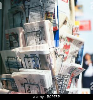 Zeitungskiosk, Verkauf von internationalen ausländische Zeitungen zum Verkauf vor einem Kiosk-Geschäft in London, - Stockfoto
