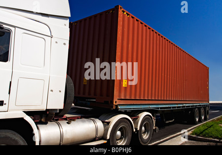 Transport und Trucking / A Semi - Trailer ein Shipping Container transportieren. - Stockfoto