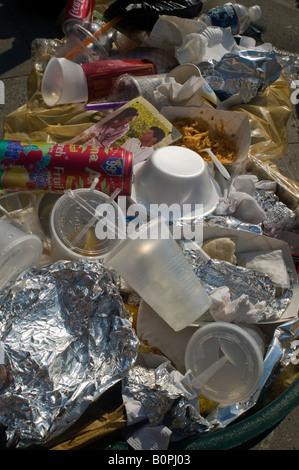Überquellenden Papierkorb Gefäß der berühmten Ninth Avenue Food Festival in New York - Stockfoto