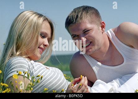 junges Paar auf einer Wiese - Stockfoto