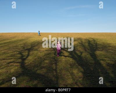 Zwei Kinder gegenüber Richtung Natur Essex UK - Stockfoto