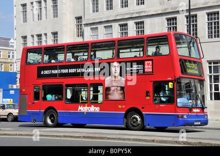 Nutzung von Werbeflächen auf London-Bus, das Bewusstsein der Herzinfarkt Schmerzen bei Männern - Stockfoto