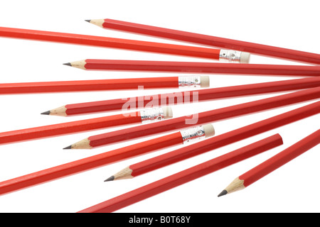 Roter Schrift Bleistifte auf weißem Hintergrund angeordnet - Stockfoto