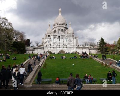 Sacre Coeur Heilige Herz Kirche in Montmartre Paris Frankreich mit vielen Menschen-Touristen auf den Stufen und - Stockfoto