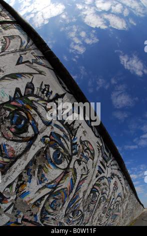 Berliner Mauer an der East Side Gallery - Stockfoto