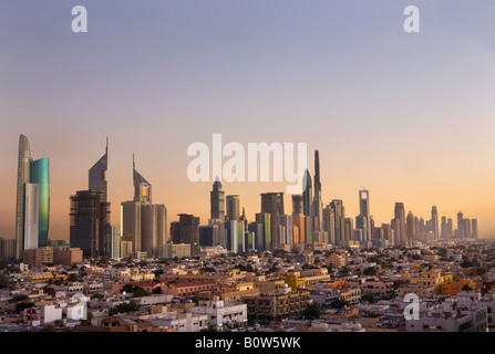 Erhöhten Blick auf die Wolkenkratzer an der Sheikh Zayed Road in der Abenddämmerung in Dubai, Vereinigte Arabische - Stockfoto