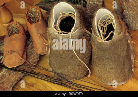 2e41d22fd819 ... Lederschuhe, machte Mokassins aus Fell und Stroh in der Ötzi oder Ötzi  Museum im Ötzi