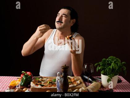 Stereotypen Italiener Pizza essen und Gestikulieren mit hand - Stockfoto