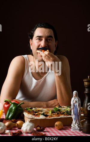 Stereotypen Italiener Pizza essen - Stockfoto