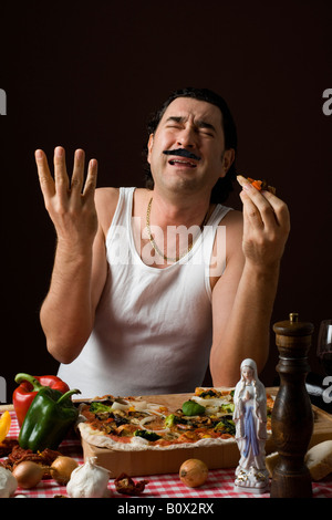 Stereotypen Italiener Pizza essen und Gestikulieren mit seiner hand - Stockfoto