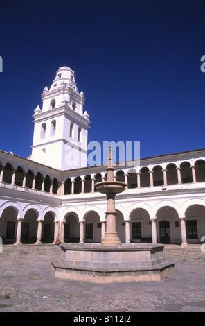 Innenhof der Universität San Francisco Xavier und Turm der Kirche San Miguel, Sucre, Bolivien - Stockfoto