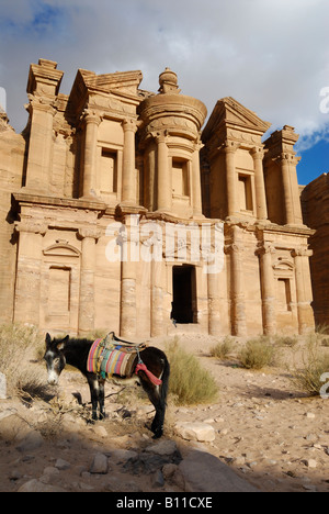 kunstvoll geschnitzte Felsengrab bekannt als Kloster El Deir nabatäische Stadt Petra Jordan Arabia, Esel vor - Stockfoto