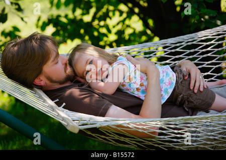 Vater und Tochter auf der Hängematte entspannen - Stockfoto