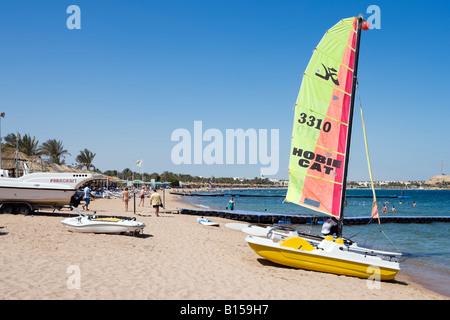 Wassersport am Strand von Naama Bay, Sharm el-Sheikh, Küste des Roten Meeres, South Sinai, Ägypten - Stockfoto