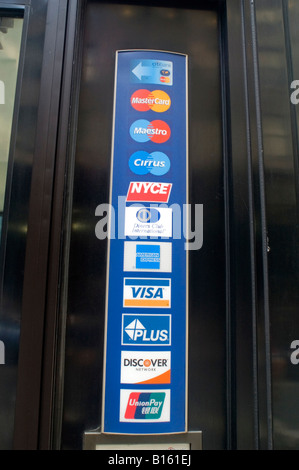 Logos für Kredit- und EC-Karten in der Lobby der Citibank in New York - Stockfoto
