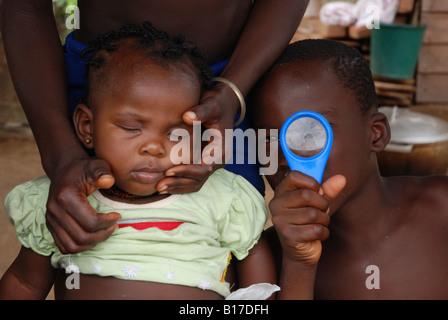 schwarze junge Blick durch eine Lupe - Stockfoto