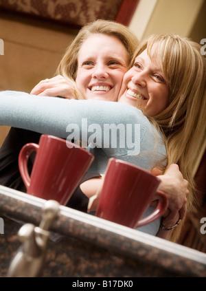 Schwestern umarmen - Stockfoto