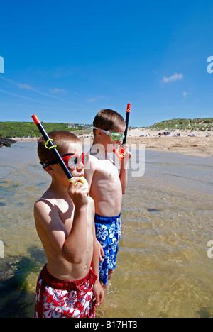 zwei jungen am Strand tragen Masken und Schnorchel - Stockfoto