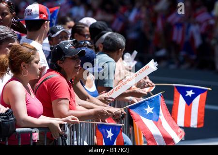 Zuschauer stehen entlang der 5th Avenue in New York City für die 2008 Puerto Rican Day parade - Stockfoto