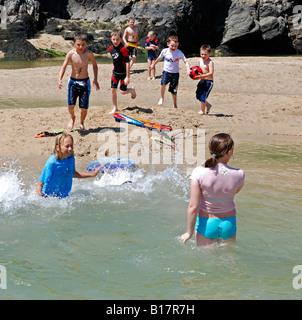 eine Gruppe von Kindern spielen am Strand von Crantock in Cornwall, england - Stockfoto