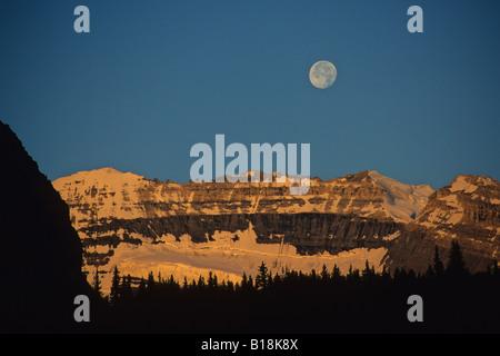 Der Mond über Mt Victoria in den Morgen Alpenglühen Lake Louise, Banff Nationalpark, Alberta, Kanada. - Stockfoto