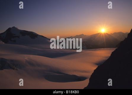 Sonnenuntergang über der Matier Gletscher Küste Berge Joffre Lakes Provincial Park, Britisch-Kolumbien, Kanada. - Stockfoto