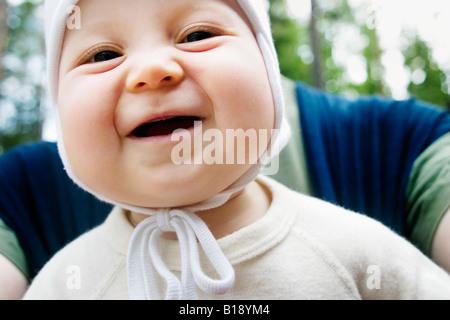 Porträt eines Mädchens mit ihrem Vater hinter ihrem Lächeln - Stockfoto