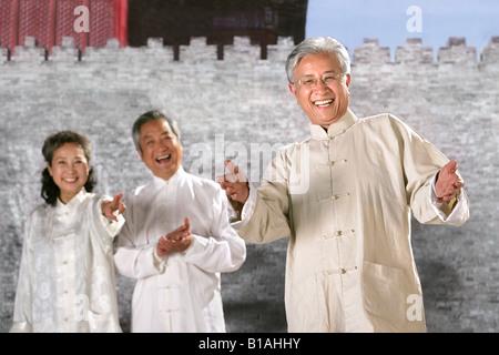 orientalische Alter Mensch tun taijiquan - Stockfoto