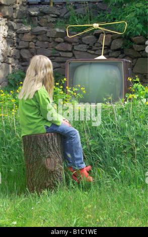 Rundfunk, Fernsehen, Zuschauer, Mädchen ist die Wiedergabe auf einem TV-Gerät, typ Graetz Burggraf, stehen im Garten, - Stockfoto