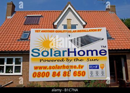 Wohneigentum mit einer auf dem Dach solar-Warmwasser Heizung ausgestattet. - Stockfoto
