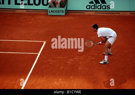 Novak Djokovic warten zurückzugebenden dienen bei Rolland Garros bei den French Open Tennisturnier 2008