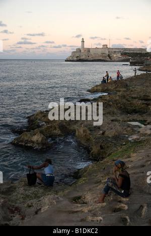 Menschen auf die Erholung auf dem Malecón, Havanna - Stockfoto