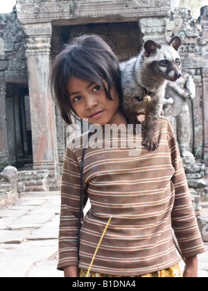 Kambodschanische Mädchen mit Haustier Zibet Preah Khan Tempel, Angkor, Kambodscha - Stockfoto