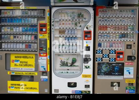 Auf der Straße in Kyoto, Japan. Am Straßenrand Zigarettenautomaten - Stockfoto