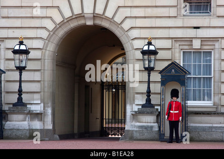 Palast Wachablösung am Buckingham Palace, London England - Stockfoto