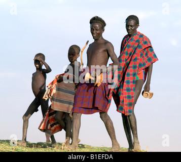 Eine Gruppe von Dassanech Spaziergang entlang einer Bank des Flusses Omo im Südwesten Ethiopia.The Dassanech sprechen - Stockfoto