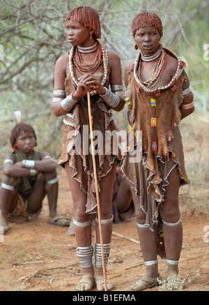 """Hamar Frauen besuchen eine """"Jumping des Stieres"""" Zeremonie. Die Hamar sind semi-nomadische Hirten Südwesten Äthiopiens. - Stockfoto"""