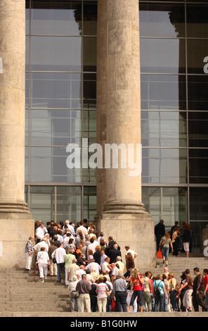 Berlin-Deutschland-Touristen Besucher Warteschlange das Reichstagsgebäude nach Hause zum Deutschen Bundestag Parlament - Stockfoto