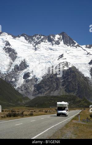Wohnmobil Straße und Mt Sefton Aoraki Mt Cook National Park South Canterbury Südinsel Neuseeland - Stockfoto
