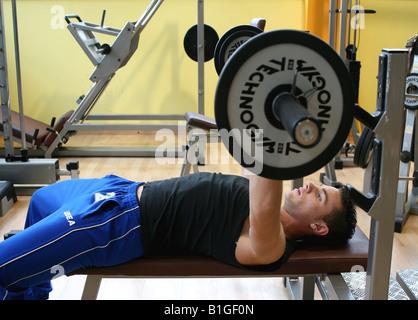Seitenansicht von einem Mann Gewichtheben im Fitness-Studio - Stockfoto