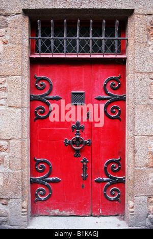 Rote mittelalterliche Tür in Abtei Mont Saint Michel in Frankreich - Stockfoto