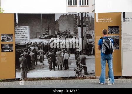 Fußgängerzone lesen historische Plakate an der Stelle, wo die Mauer zwischen Ost und West geteilt. Mitte Viertel, - Stockfoto