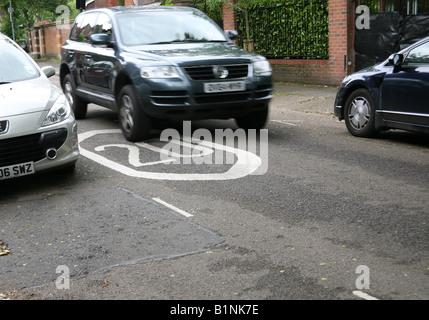 Auto fährt über 20 km/h Höchstgeschwindigkeit Kennzeichnung in London Straße - Stockfoto