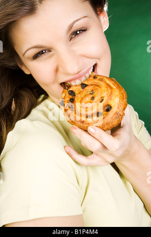 Frau Kuchen essen - Stockfoto