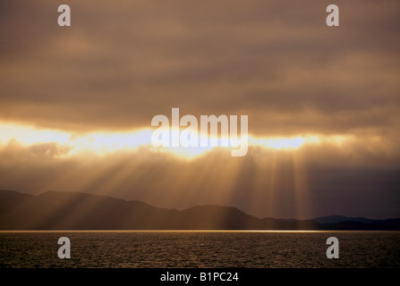 Sonnenstrahlen / Balken bricht durch schwere Wolken über Pazifischer Ozean, Westküste, BC, Britisch-Kolumbien, Kanada - Stockfoto