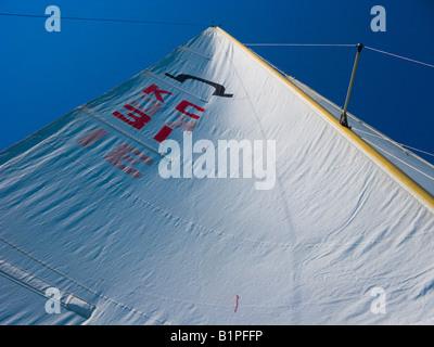 Mast und Großsegel eines Segelbootes Soling Klasse aufwärts. - Stockfoto