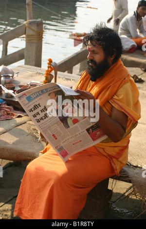 Sadhu Zeitunglesen in Varanasi am Morgen nach der Ermordung Benazir Bhuttos - Stockfoto