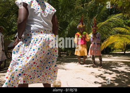 Traditionelle Garifuna Volkstänzer, eine touristische Attraktion in Roatan, Honduras, Mittelamerika - Stockfoto