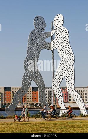 Radler vor der Jonathan Borofsky Molecule Man Skulptur in die Spree entlang, Kreuzberg, Friedrichshain, Treptow, - Stockfoto
