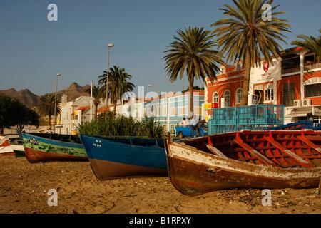 Ruderboote, zog an den Strand vor der Küstenpromenade von Mindelo auf Sao Vicente Island, Cape Verde Inseln, Kap - Stockfoto